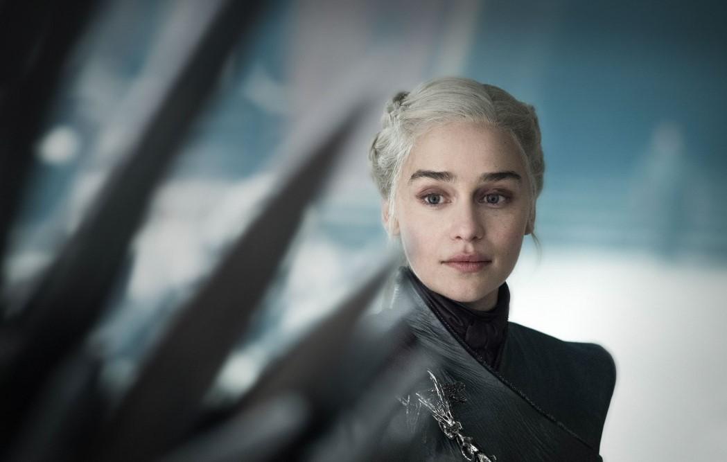 Daenerys-looking-at-throne
